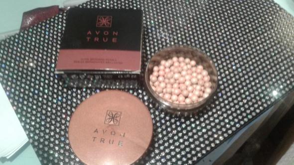 Rozświetlające perełki do twarzy Avon