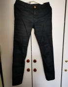Czarne woskowane spodnie Stradivarius...