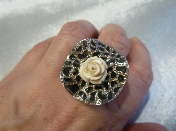 pierścień z różą srebro...