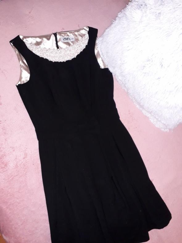 Sukienka czarna z perłowymi koralami
