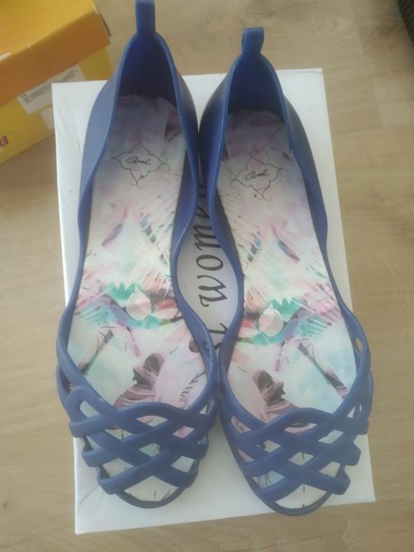 niebieskie gumowe i pachnące sandały