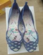 niebieskie gumowe i pachnące sandały...