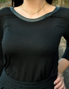 czarna bluzka z wężową lamówką...