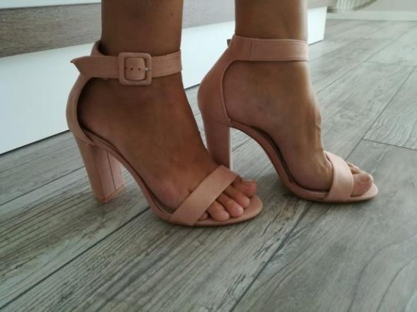 Nowe zamszowe sandałki na słupku wkładka 26 cm pudrowy róż
