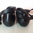 Czarne skórzane baleriny wiązane wokół kostki