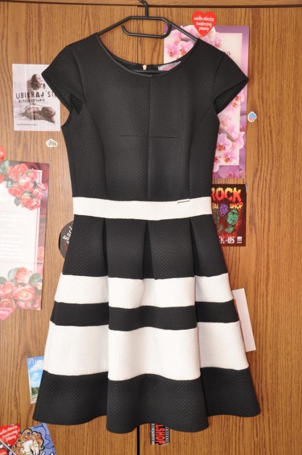 czarno biała rozkloszowana sukienka z zamkiem