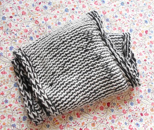 Reserved dwustronny komin czarny biały minimal