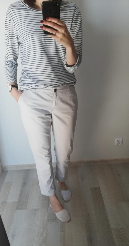 Beżowe spodnie chinosy F&F...