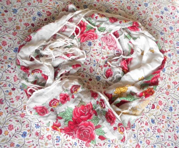 retro vintage biała chusta ludowa wzory kwiaty