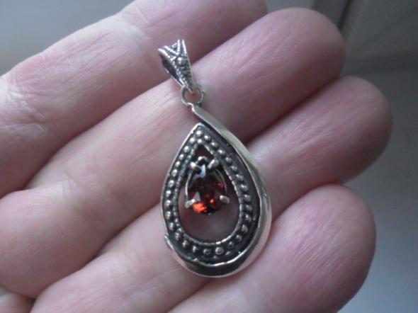 Bardzo ciekawa srebrna nowa zawieszka z rubinową cyrkonią