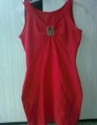czerwona obcisła sukienka...