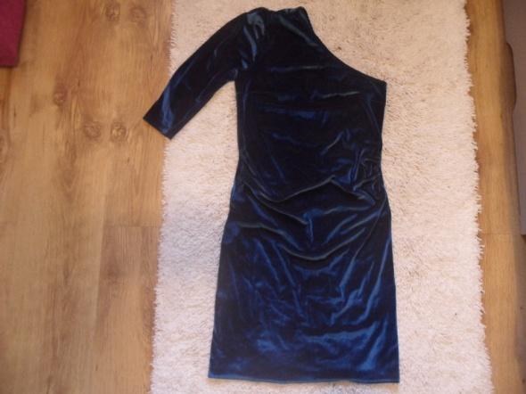 sukienka na jedno ramię