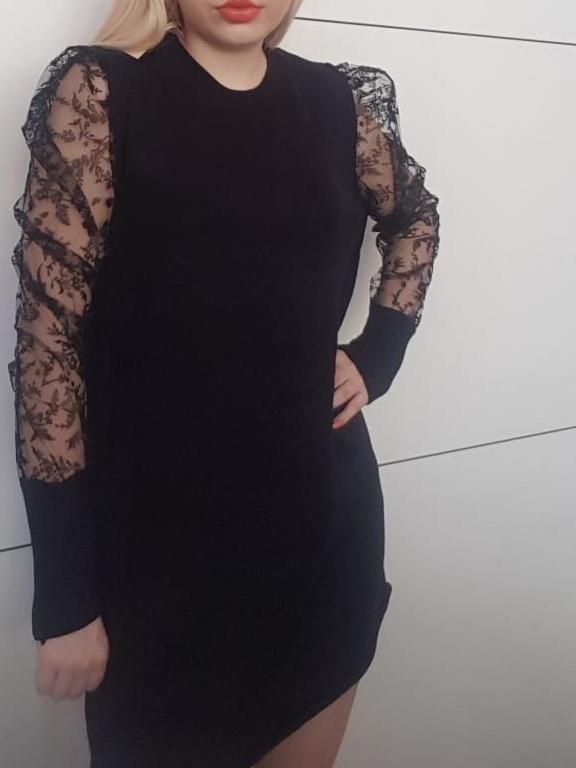 Sukienka z koronkowymi rękawami marka KILIBBI...