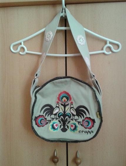 Torebki na co dzień Okrągła beżowa torebka listonoszka Cropp ludowe hafty etno folk