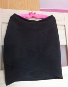 Dopasowana czarna spódniczka...