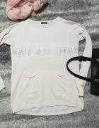 Delikatny asymetryczny sweterek z kieszonkami i cekinami...