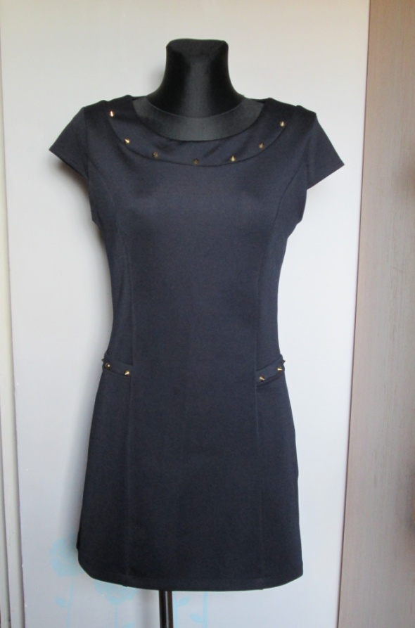Granatowa sukienka ćwiekami