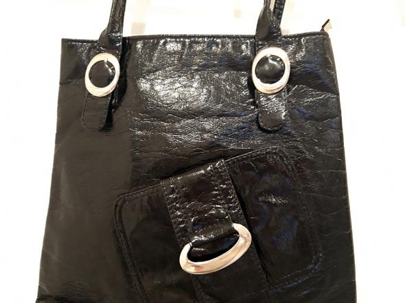 czarna lakierowana torebka na ramię