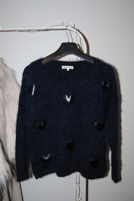 Granatowy sweter w serca