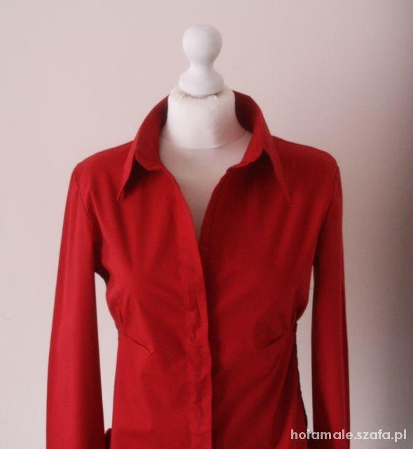 Czerwona koszula reporter