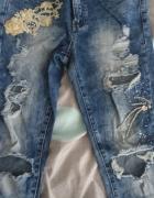 Modne jeansy dziury