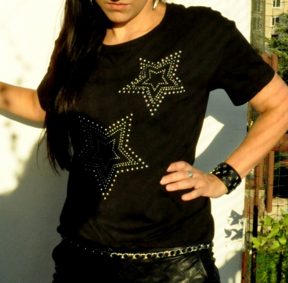 czarna koszulka z ćwiekami gwiazdy
