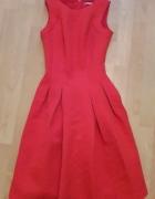 rozkloszowana czerwona sukienka...