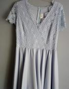 Błękitna sukienka z koronką...