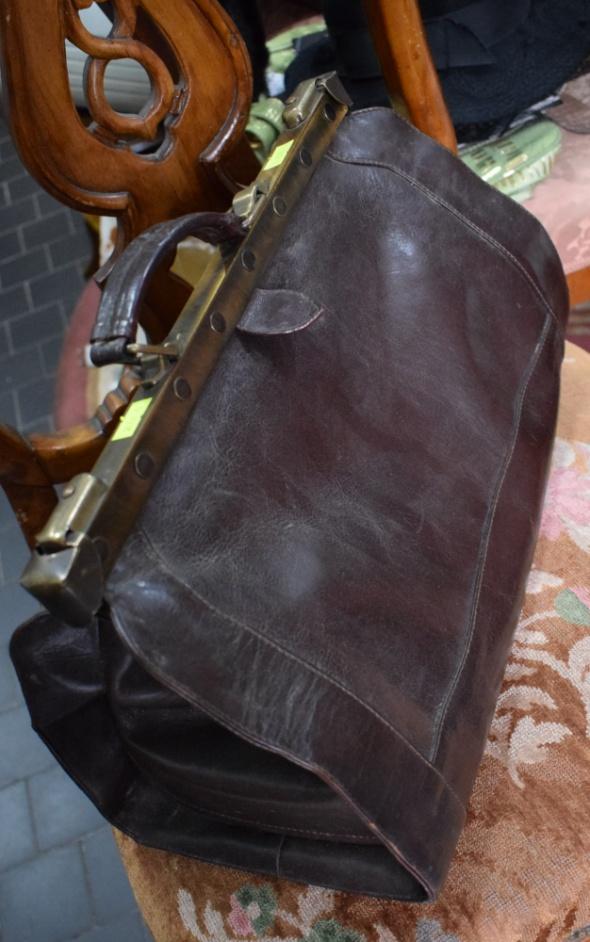 Stara torba lekarska skóra...
