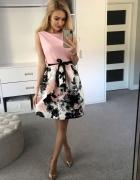 Sukienka rozkloszowana ze wstążką kwiatowa puder róż rozm SM...