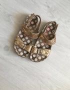 Złote sandały...