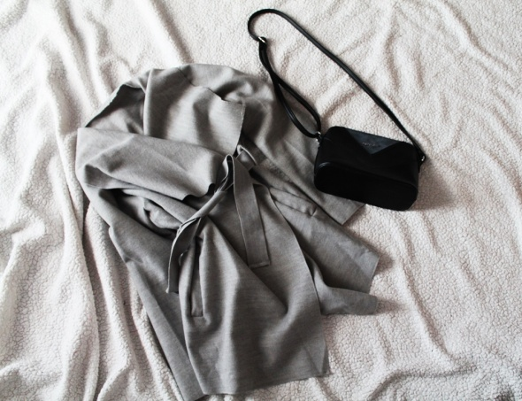 Szary płaszczyk wiązany