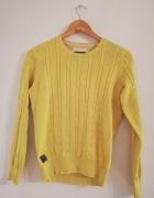 Żółty sweter z warkoczami...