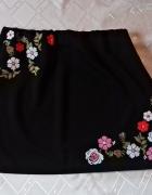 Czarna spódniczka ATMOSPHERE z aplikacją w kwiaty