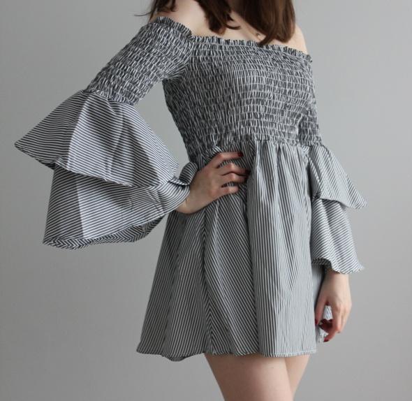 Sukienka w paski z falbanami na rękawach