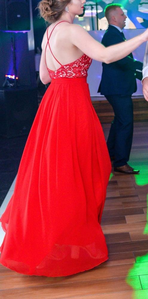 Długa czerwona sukienka z odkrytymi plecami i głębokim dekoltem