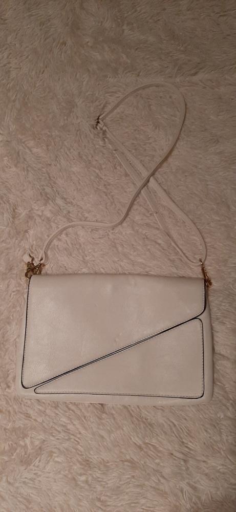 biała torebka kopertówka z paskiem