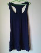 Granatowa sukienka wykończona falbanką...