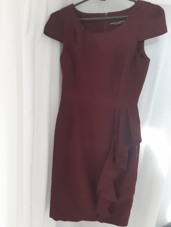 Burgundowa sukienka z falbaną...