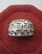 Śliczny srebrny pierścionek z cyrkoniami...
