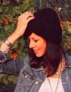 Czarna czapka handmade z wełną...