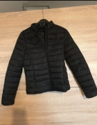 Czarna kurtka pikowana pull&bear...