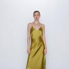 Oliwkowa sukienka z Zary w stylu bieliźnianym