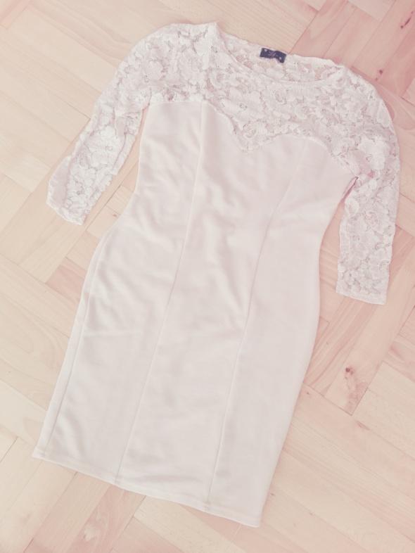 Pudrowa sukienka mini koronkowa XS XXS
