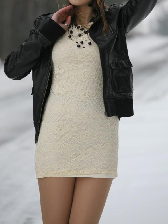 beżowa mini koronkowa sukienka
