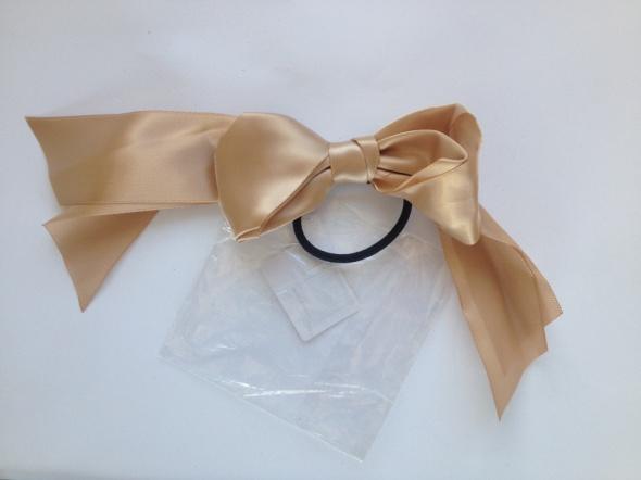 Beżowa kokarda do włosów gumka satynowa nowa nieużywana dla dziewczynek darmowa wysyłka
