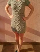 Szara sweterkowa sukienka tunika Atmosphere kulki