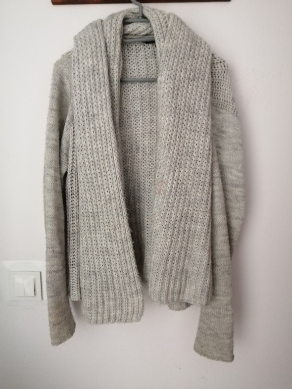 Ciepły szary sweter...