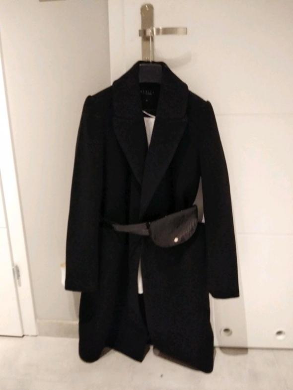 Czarny płaszcz Mohito z paskiem i torebką must have