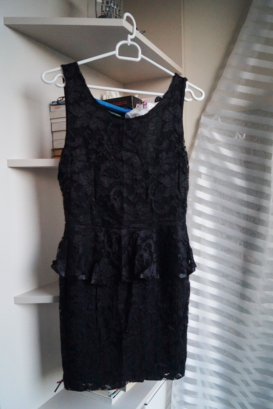 Czarna koronkowa sukienka z baskinką S